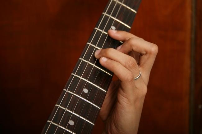 Sortir de sa zone de confort est important pour apprendre à positiver en apprenant par exemple à jouer de la guitare pour augmenter bien-être, estime de soi et confiance en soi
