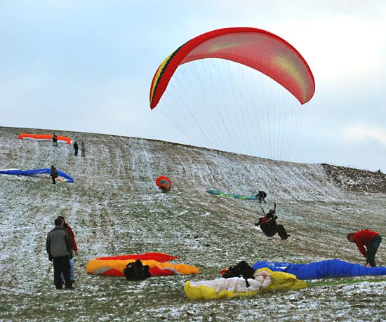 Le parachutisme est une des disciplines qui permet de continuer à pratiquer du sport en hiver