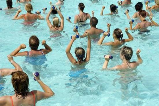 un cours de aqua-gym le plus populaire des sports aquatiques pratiqués dans l'eau d'une piscine