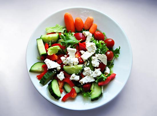 Une salade composée maison est une bonne façon de manger au travail en prenant soin de sa santé