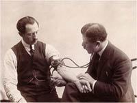 Surveillance de l' hypertension par un médecin, image ancienne