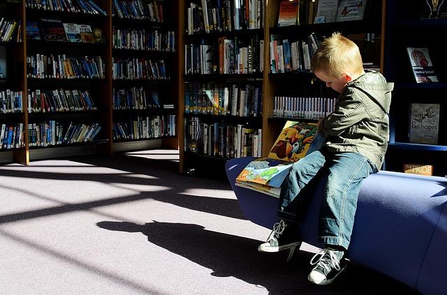 Les disputes entre enfants peuvent perturber la scolarité d'un écolier et nécessiter l'intervention des parents.
