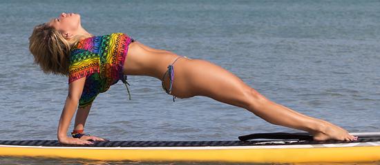 le stand up paddle yoga est une nouvelle activité qui associe le yoga avec le sup qui est une activité de glisse très à la mode