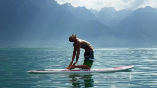 le stand up paddle yoga associe relaxation, renforcement musculaire et communion avec la nature
