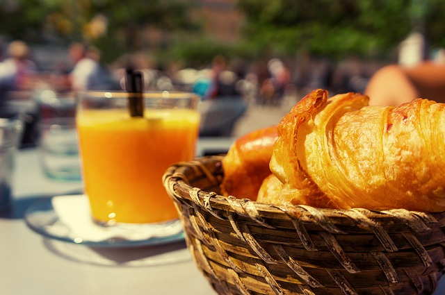 Un jus d'orange pour accompagner les croissants au petit déjeuner