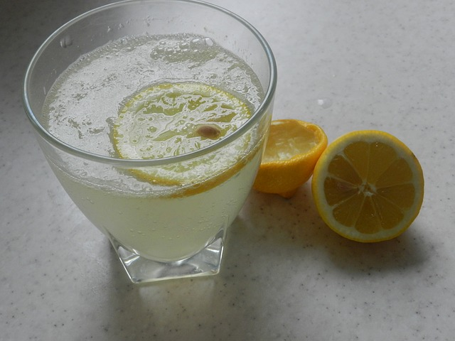 photo de jus de citron à jeun le matin