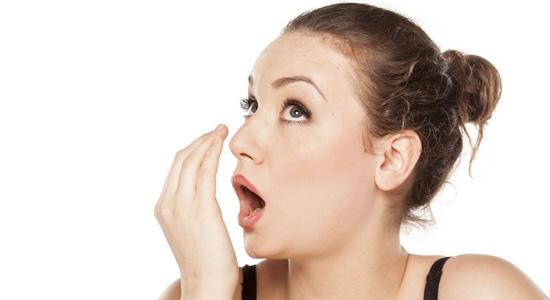 Le tabagisme est un des principaux responsables de la mauvaise haleine.